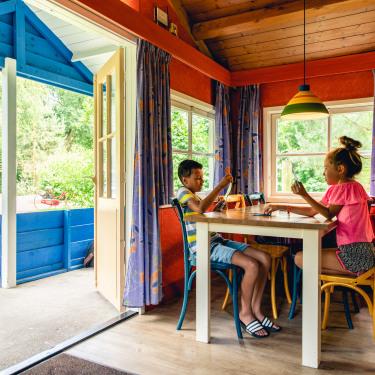 Hacienda_binnen_kinderen_aan_tafel